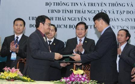 Đại diện Intel Việt Nam ông Mai Sean Cang - Tổng Giám Đốc Intel Việt Nam trái ký biên bản ghi nhớ cùng đại diện Bộ TTTT 1