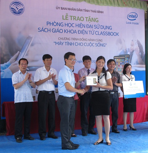 Đại diện Intel Việt Nam trao tặng Classbook cho trường THCS Quang Lịch