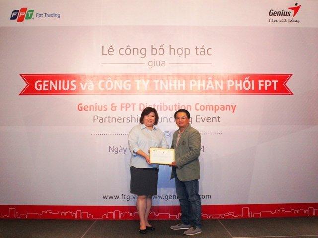 Đại diện Genius trao chứng nh ận nhà phân phối chính thức cho FPT Trading