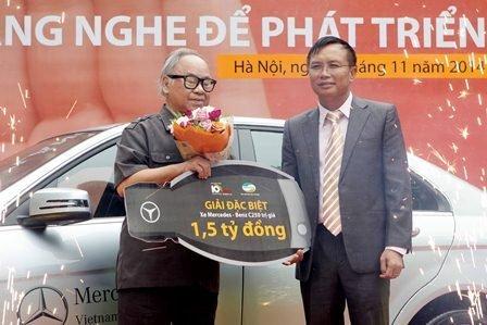 Ong Le Huu Hien- PTGD Viettel Telecom trao giai dac biet cho khach hang Nguyen Huu Can 1