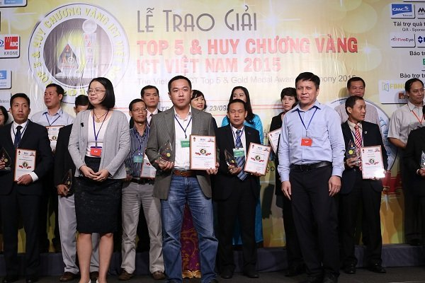 Ông Phạm Thanh Tuấn - Giám đốc Truyền hình FPT nhận huy chương Vàng sản phẩm dịch vụ CNTT triển vọng