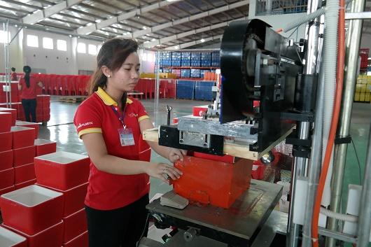 Công nhân đang kiểm tra thành phẩm tại nhà máy Phước Thành