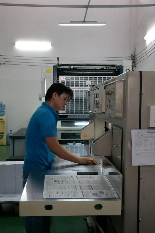 Công nhân nhà máy Ngân Hà đang kiểm tra công đoạn In