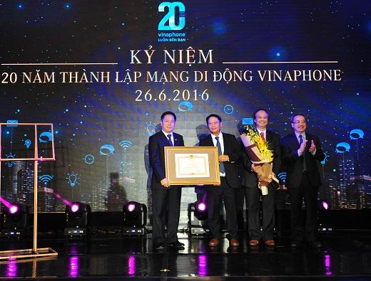 Laânh -æaúo Boúé Thoéng tin - TruyeéÇn thoéng trao baåÇng khen cho VNPT VinaPhone 2