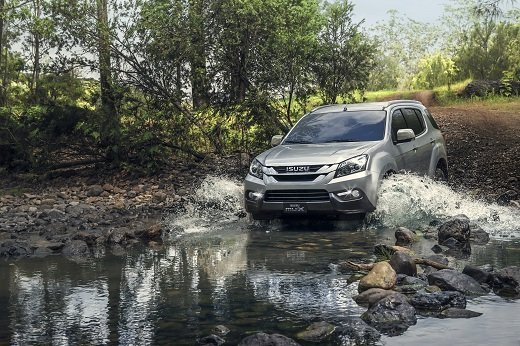 ISUZU mu-X Creek Crossing