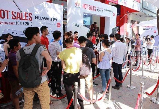 2. Hang nguoi xep hang vao mua Huawei P9 ngay mot dai hon HN