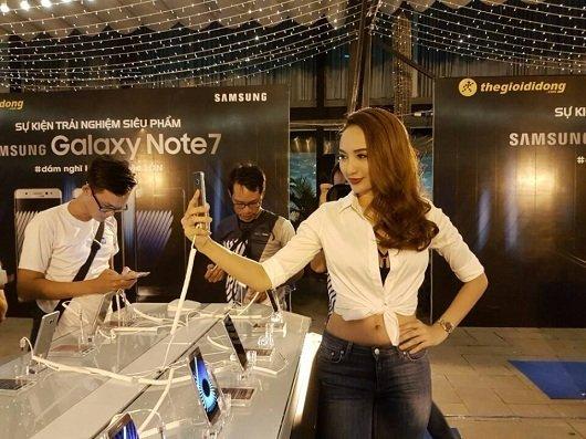 Hoa hậu biển Ngọc Diễm cũng đã có mặt và đang Selfie cùng Note 7