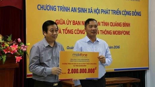 Chu tich HĐTV Lê Nam Trà trao tặng Quảng Bình