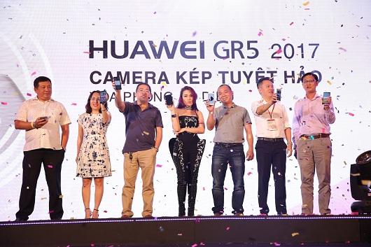 Dai dien Huawei va dai su My Tam chinh thuc gioi thieu GR5 2017 3