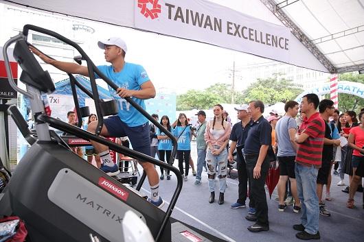 Minh Hang ong Scott Yang va ong Mai Ba Hung tham quan Khong gian trai nghiem Taiwan Excellence - 1